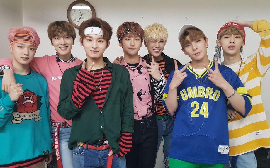 Adolescenti-cu-tricouri-colorate